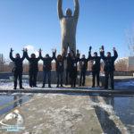 Счастливые туристы на фоне памятника Ю.А. Гагарину
