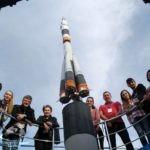 Групповое фото туристов на Аллее космонавтов
