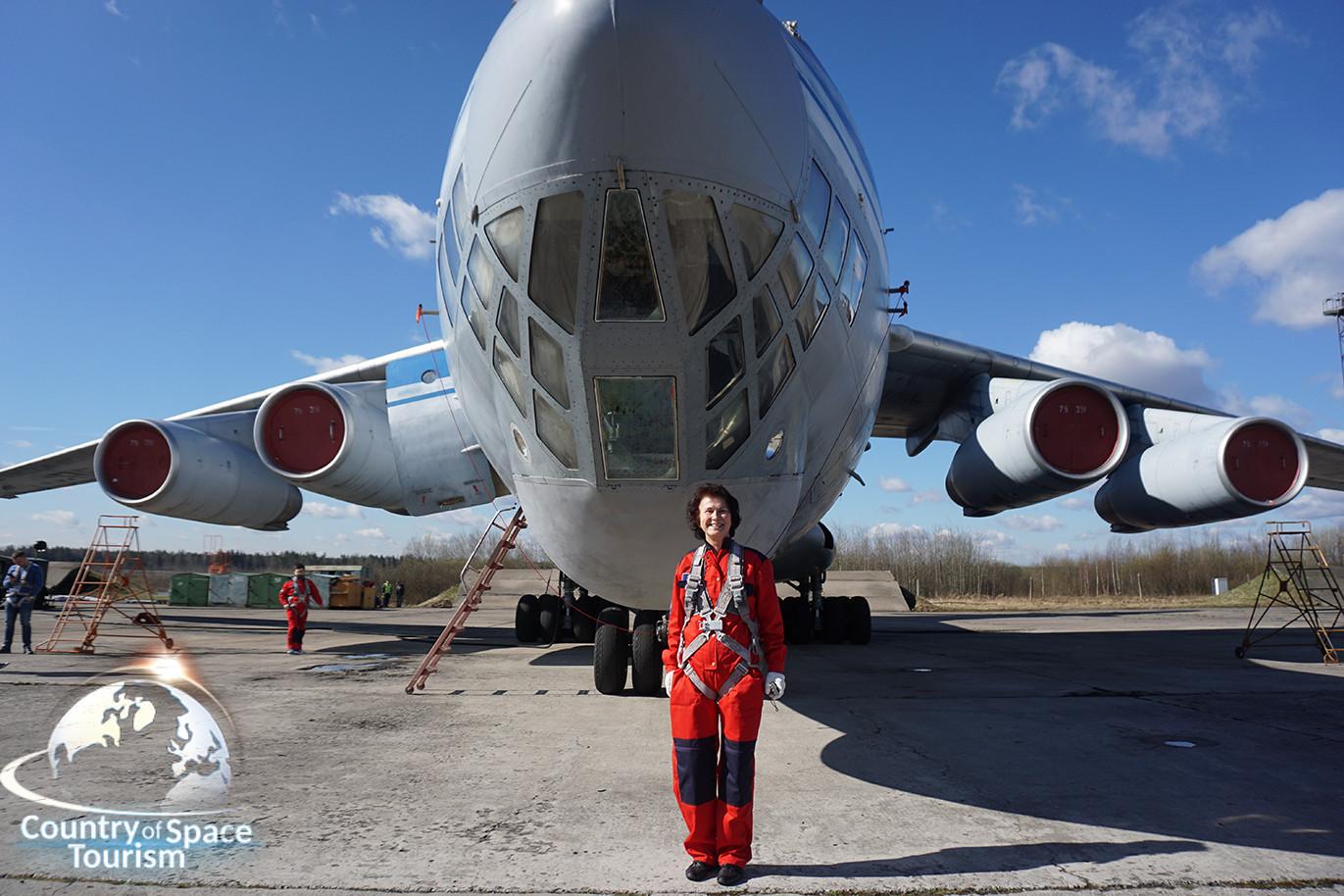 Туристка на фоне Ил-76 МДК