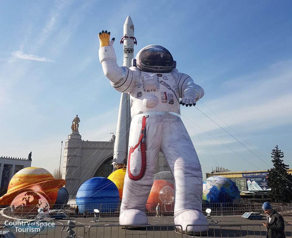 космонавт у входа в павильон