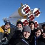 """Радостные туристы на фоне памятника ракете """"Союз"""""""