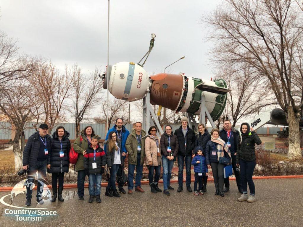 Наши туристы у космического корабля Союз