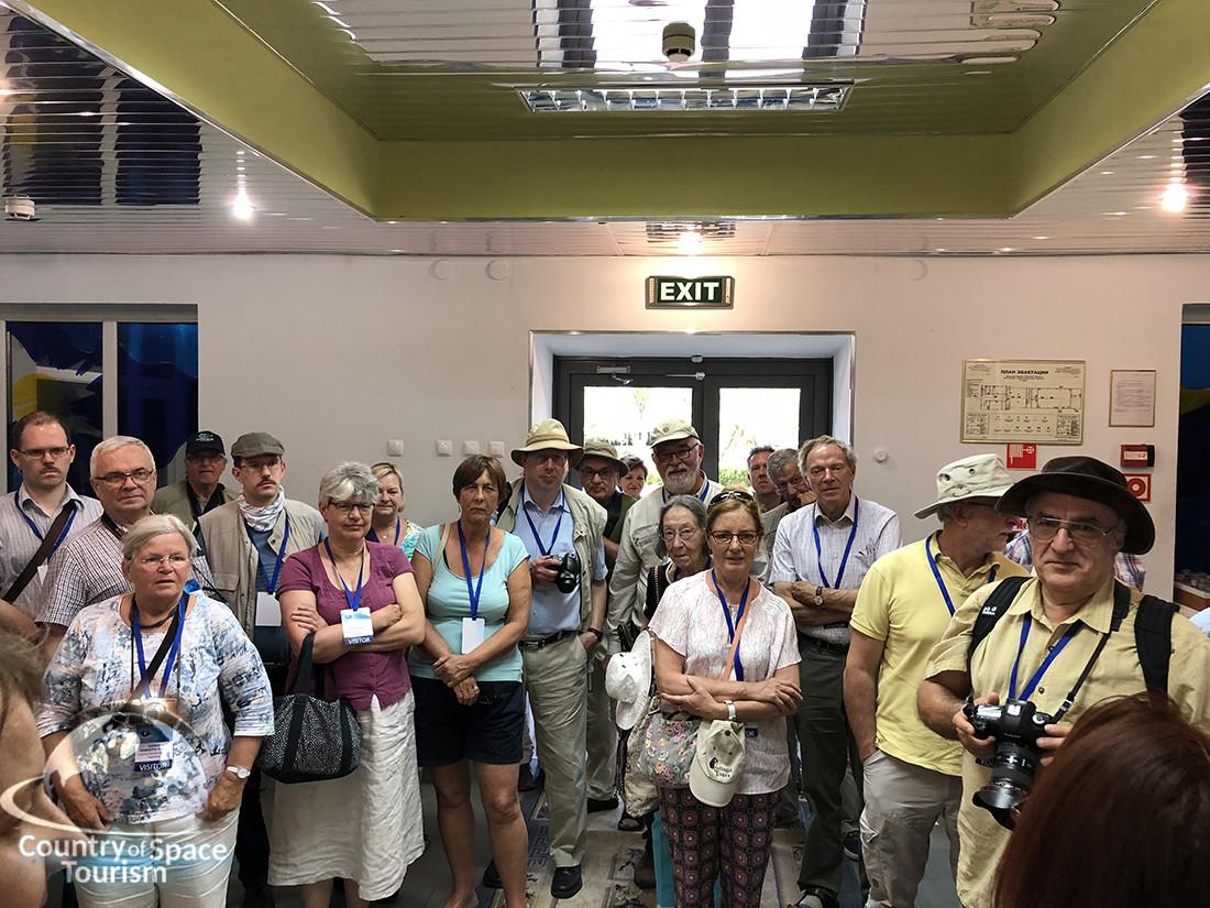 Туристы на экскурсии в музее космодрома Байконур