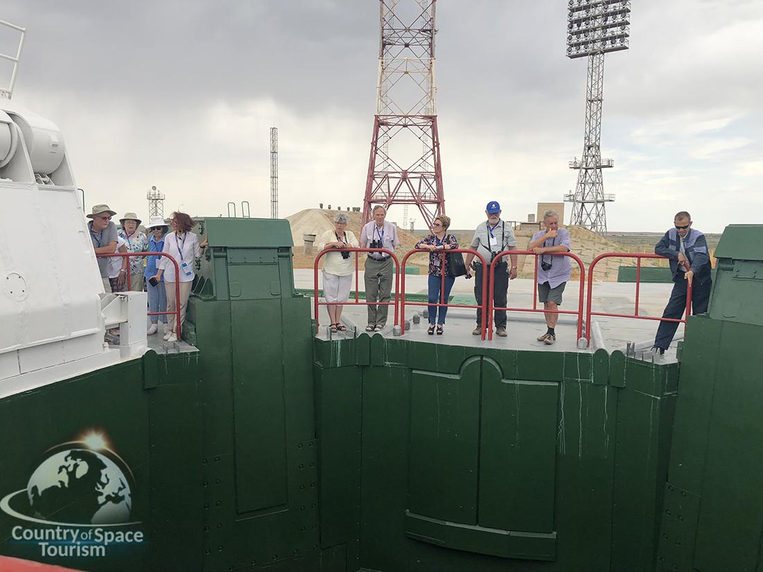 """Туристы посещают стартовый комплекс ракеты """"Протон"""""""